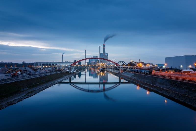 La central eléctrica grande, central eléctrica de energía del carbón en Mannheim, Alemania imagenes de archivo