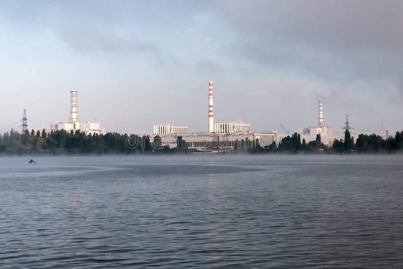 La central nuclear de Kursk reflejó en una superficie tranquila del agua imagen de archivo
