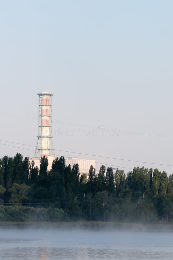 La central nuclear de Kursk reflejó en una superficie tranquila del agua imágenes de archivo libres de regalías