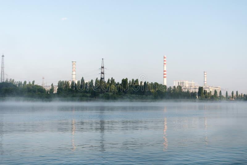La central nuclear de Kursk reflejó en una superficie tranquila del agua imagen de archivo libre de regalías