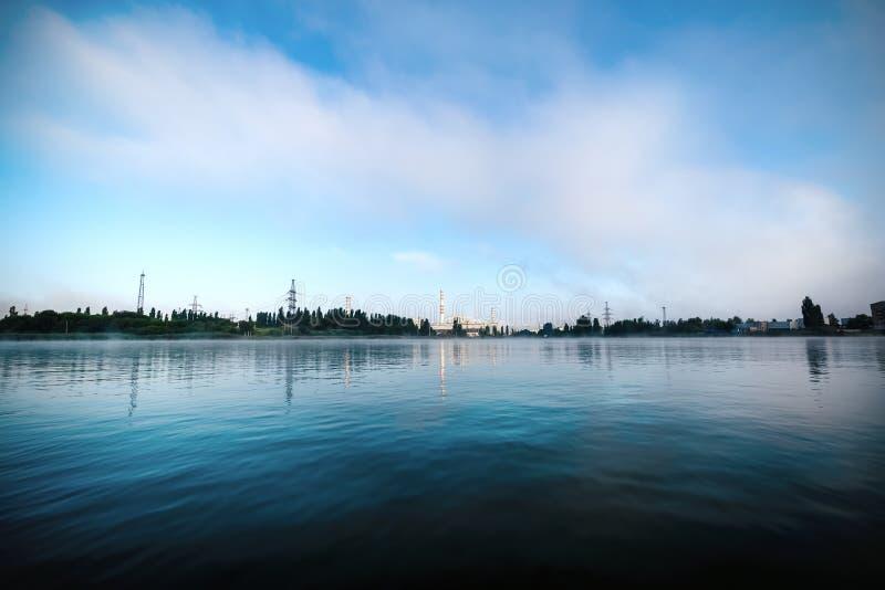 La central nuclear de Kursk reflejó en una superficie tranquila del agua fotos de archivo