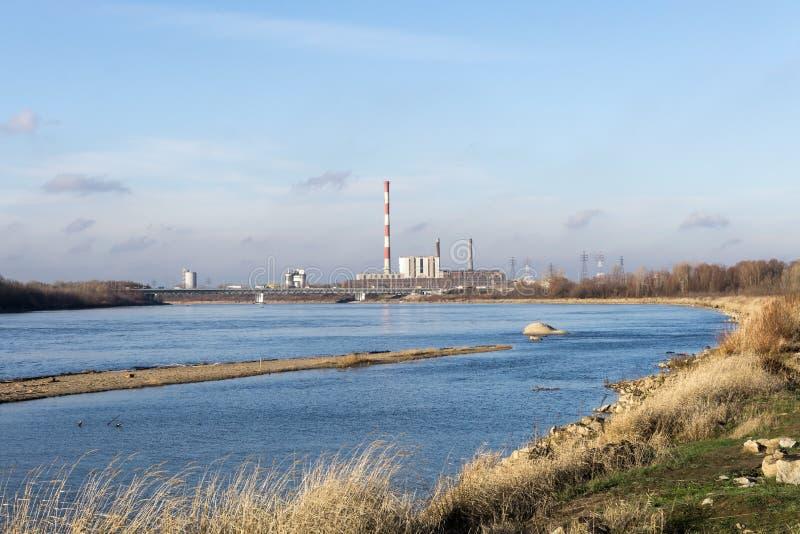 La centrale elettrica, impianto di riscaldamento sulle banche del fiume immagine stock libera da diritti
