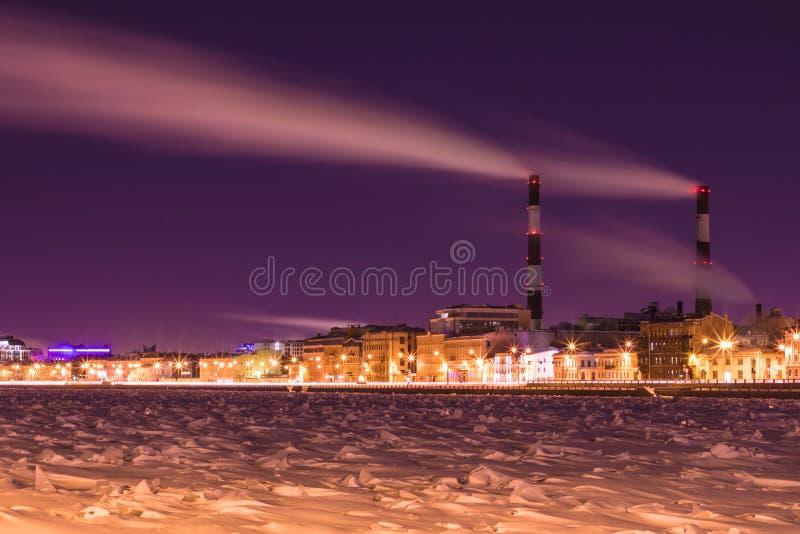 La centrale thermique de nuit d'hiver sur le remblai de rivière de Neva dans le St Petersbourg images libres de droits