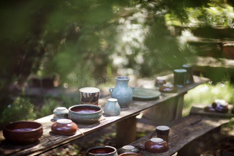 La cerámica junta las piezas de alinear un estante al aire libre imágenes de archivo libres de regalías