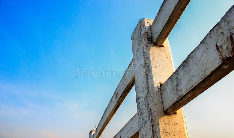 La cerca concreta en fondo hermoso del cielo imágenes de archivo libres de regalías