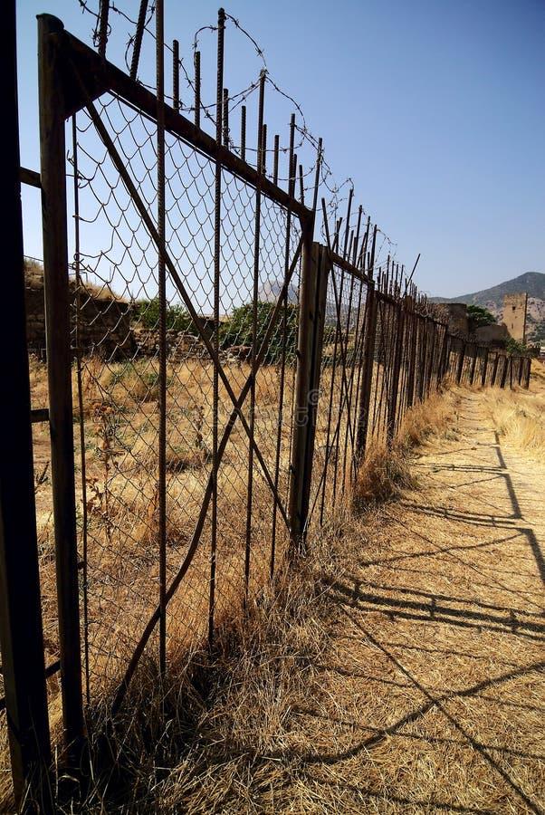La cerca de Barbered protege zona restricta fotografía de archivo libre de regalías