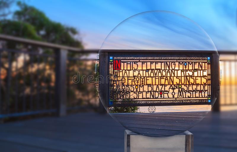 La cerca de cristal de la mancha que pasa por alto el océano en los marrones parquea en la puesta del sol en Laguna Beach foto de archivo libre de regalías