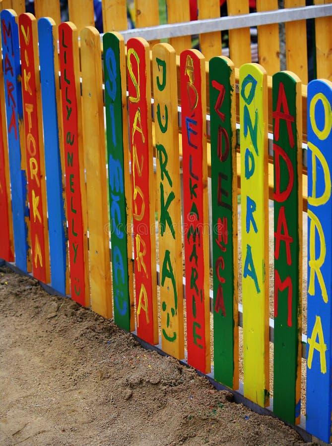 La cerca de los niños hermosos con su firma fotos de archivo libres de regalías