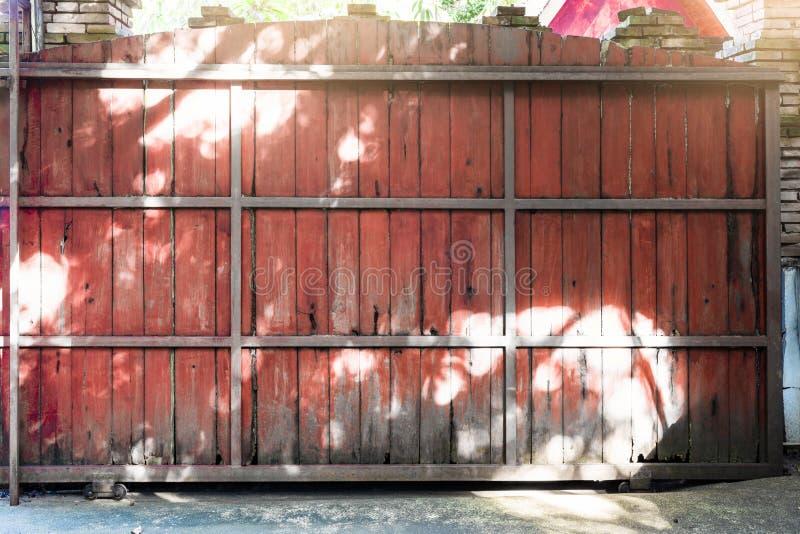 La cerca de madera Sliding de gran tamaño se hace del bastidor de acero, utilizó i fotos de archivo