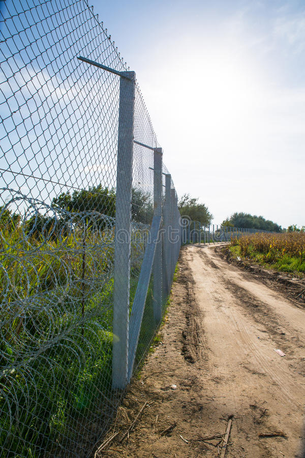 La cerca que protege la frontera entre Hungría y Serbia foto de archivo libre de regalías