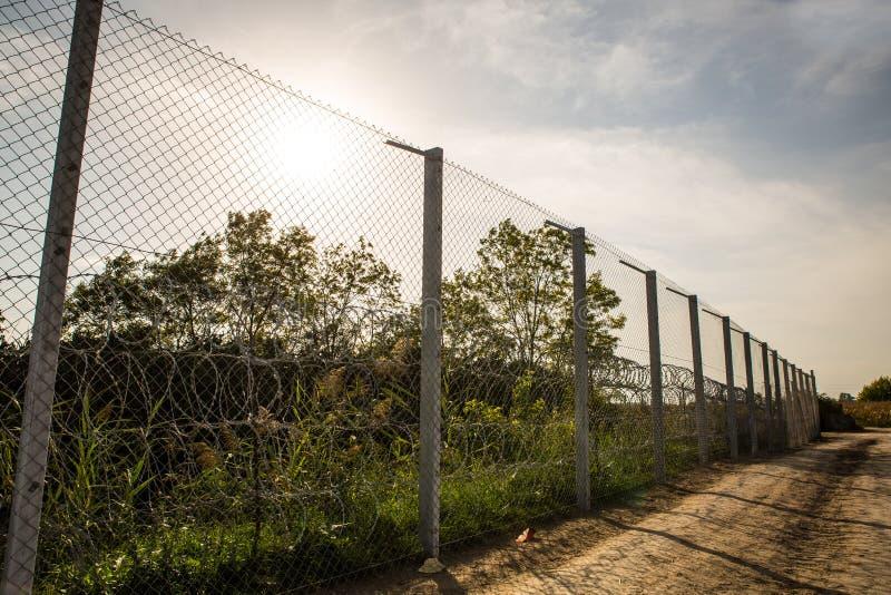 La cerca que protege la frontera entre Hungría y Serbia imagenes de archivo