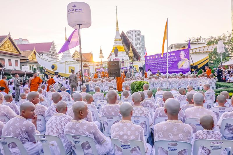 La ceremonia de la ordenación del novato de una tradición del verano, monje budista nuevamente ordenado ruega con la procesión imagen de archivo libre de regalías