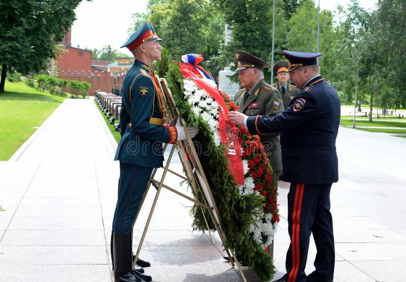 La ceremonia de poner las flores y las guirnaldas en la tumba del soldado desconocido durante Memorial Day y dolor foto de archivo libre de regalías