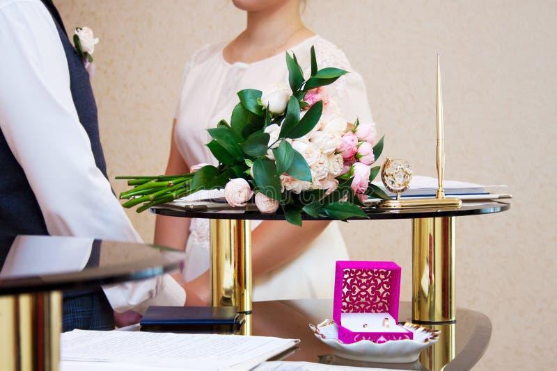 La ceremonia del registro de matrimonio, recienes casados es visible en el fondo fotografía de archivo libre de regalías