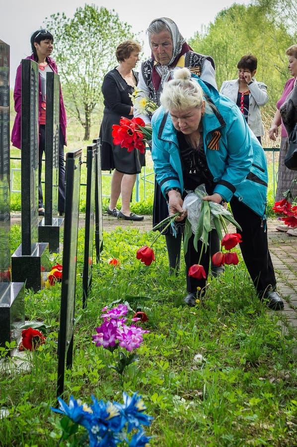 La ceremonia en el sepulcro total en el pueblo de la región de Kaluga (Rusia) en 8 puede 2016 fotografía de archivo