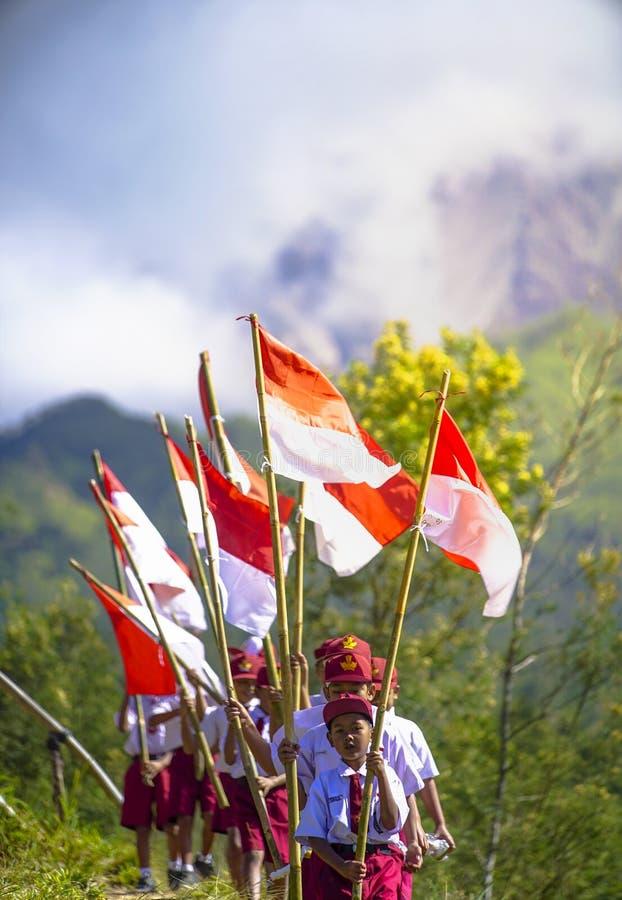 La cerimonia degli studenti per celebrare la bandiera bianca di festa dell'indipendenza dell'Indonesia ed è la bandiera dell'Indo fotografia stock