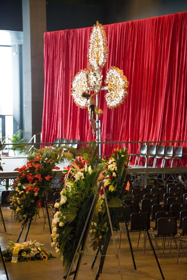 La cerimonia di dolore per le vittime del crollo del ponte Morandi e dei fiori fotografia stock libera da diritti