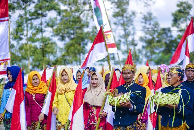 La cerimonia per celebrare la festa dell'indipendenza dell'Indonesia nel villaggio di Rante della balla è una cultura di tradizio immagini stock