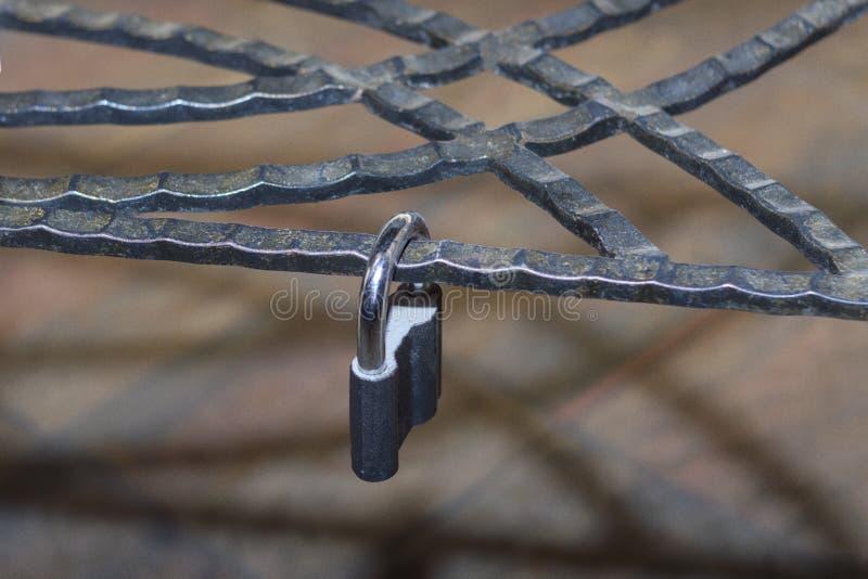 La cerradura del metal, trab? en un enrejado forjado decorativo del metal imagen de archivo