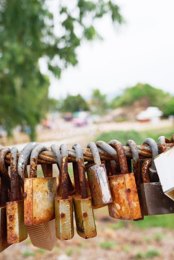 La cerradura oxidada se cuelga con una honda oxidada grande como natur hermoso foto de archivo libre de regalías