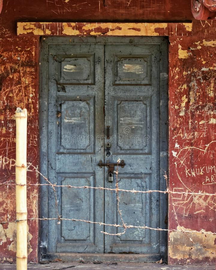 La cerradura a través de la cerca imagen de archivo libre de regalías