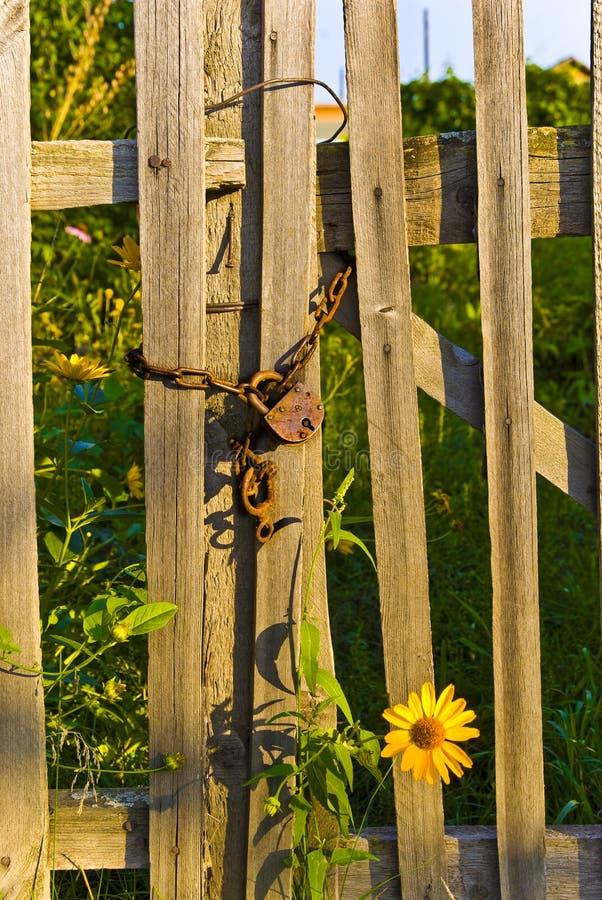 La cerradura vieja en un jardín foto de archivo