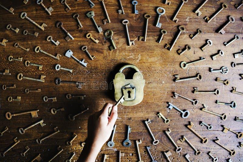 La cerradura y la búsqueda de claves y desbloquean la cerradura fotografía de archivo