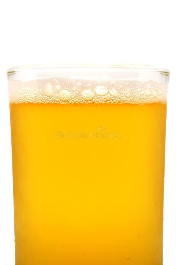 La cerveza burbujea en el vidrio, cierre para arriba imagenes de archivo