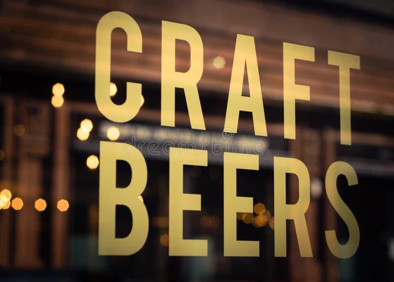 La cerveza del arte firma adentro la ventana de la cervecería fotografía de archivo