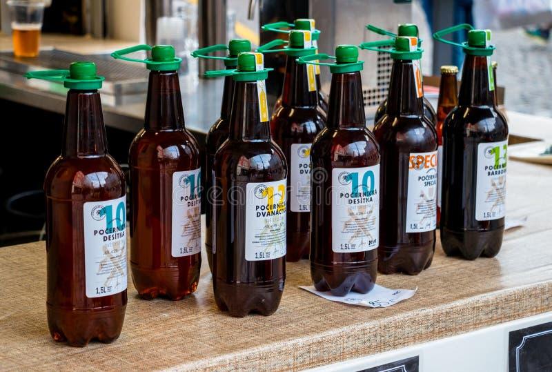 La cerveza en botellas plásticas se coloca en escaparate al aire libre fotos de archivo libres de regalías