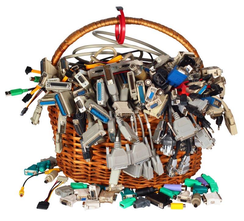 La cesta con muchos cables del equipo diferente ata con alambre el calcetín de los conectores imagen de archivo libre de regalías