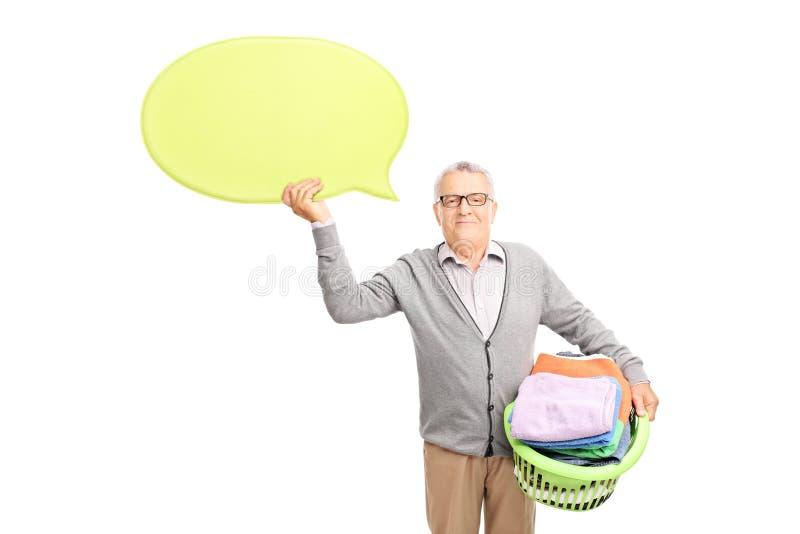La cesta de lavadero que se sostiene mayor y un discurso burbujean imagen de archivo libre de regalías