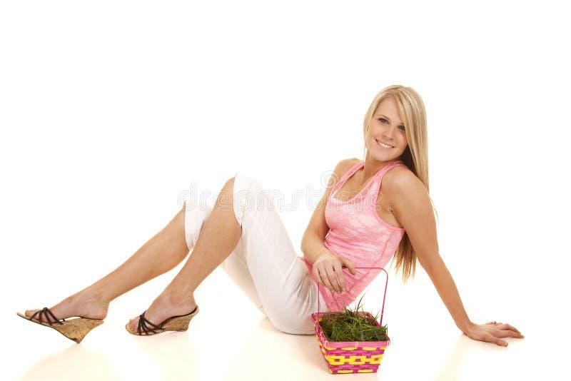 La cesta rosada de pascua del top sin mangas de la mujer se sienta cómodamente foto de archivo libre de regalías