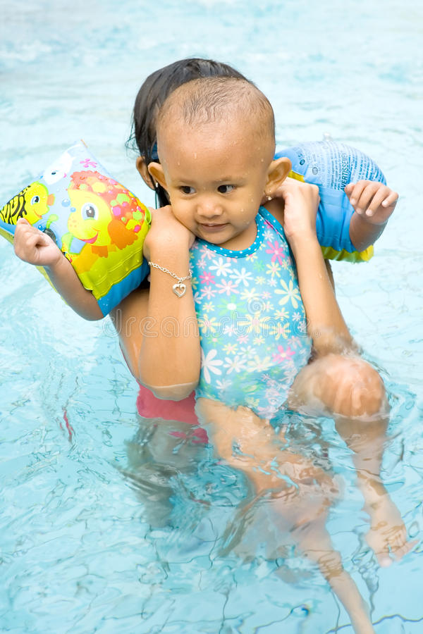 La chéri apprennent à nager image stock