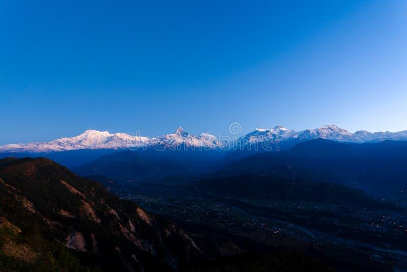 La chaîne de montagne de l'Himalaya d'Annapurna complète Dawn Light photographie stock libre de droits