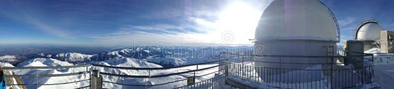 La chaîne des Pyrénéens couverts de neige photo stock