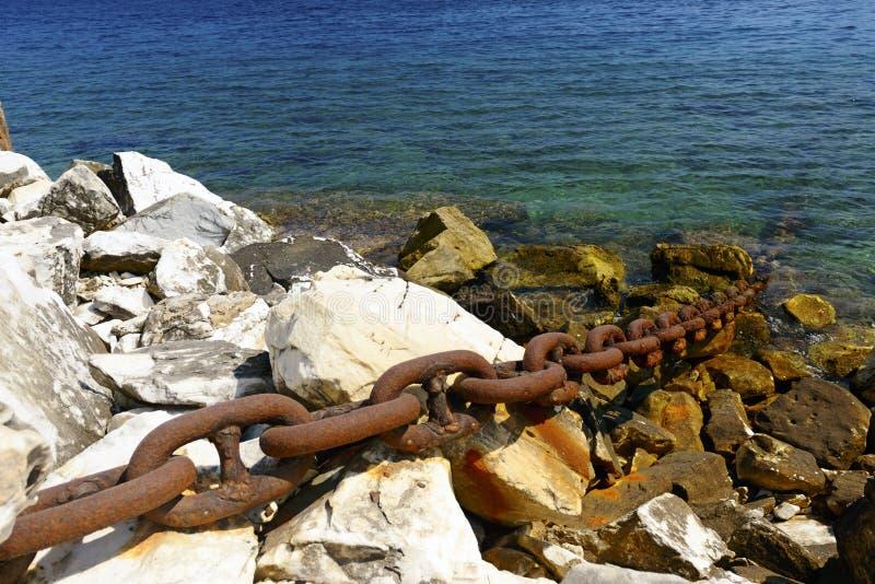 La chaîne en métal fixe un bateau éloigné au rivage. photos libres de droits