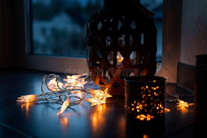 La chaîne légère et les bougies créent une atmosphère confortable romantique No?l photographie stock libre de droits