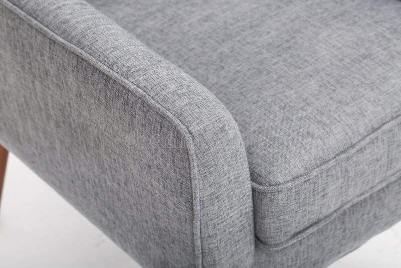 La chaise de club occasionnelle par le meilleur mobilier de maison, peluche a amorti des dos annoncent avec les bras roul?s class photo libre de droits