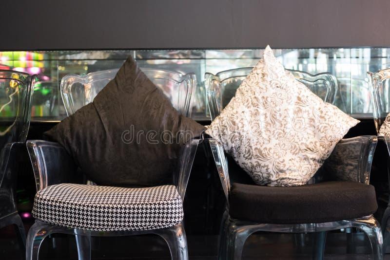 la chaise en plastique transparente avec le coussin et le tissu se reposent images stock