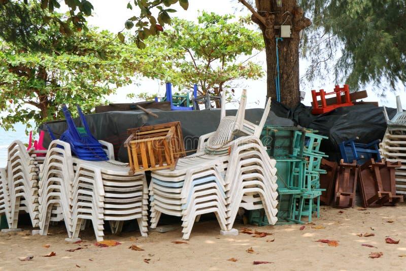 la chaise et la table et le parapluie en plastique ont eu le paquet du groupe quand forc images libres de droits