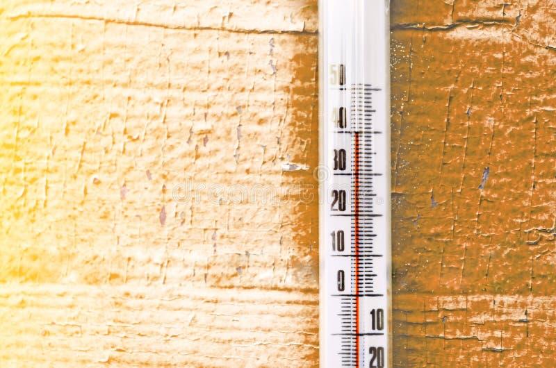 La chaleur, thermomètre montre que la température est concept chaud de temps chaud photos libres de droits