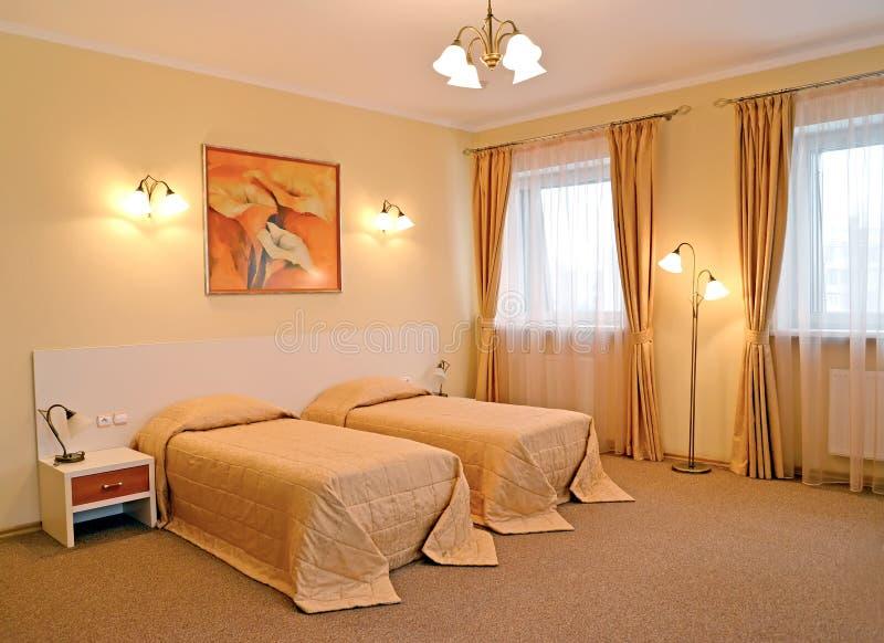 La chambre à coucher avec le lit deux Classiques modernes images libres de droits