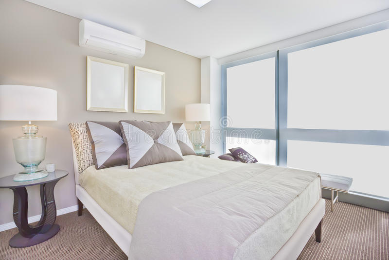 La Chambre à Coucher Intérieure De Luxe Avec Le Lit Simple Moderne A ...