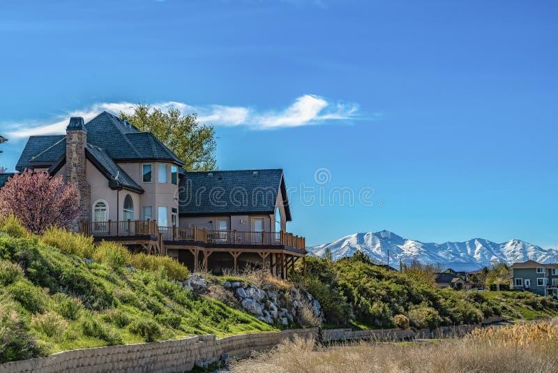 La Chambre avec la neige de négligence de balcon a couvert la montagne et le ciel bleu un jour ensoleillé photos stock