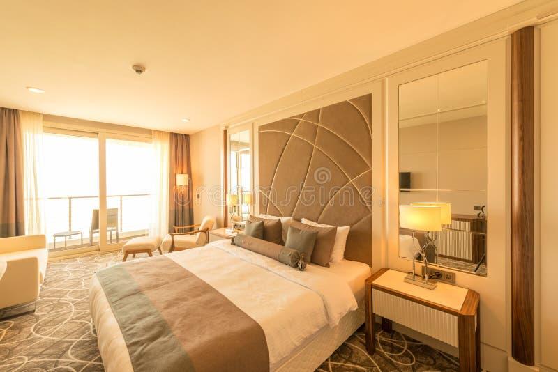 La chambre d'hôtel moderne avec le grand lit images stock