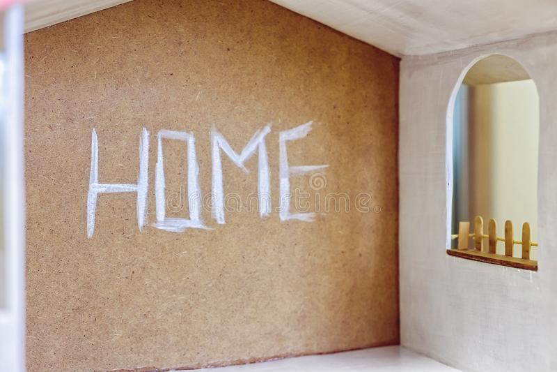 La Chambre d'inscription sur un mur brun avec la peinture blanche photographie stock libre de droits