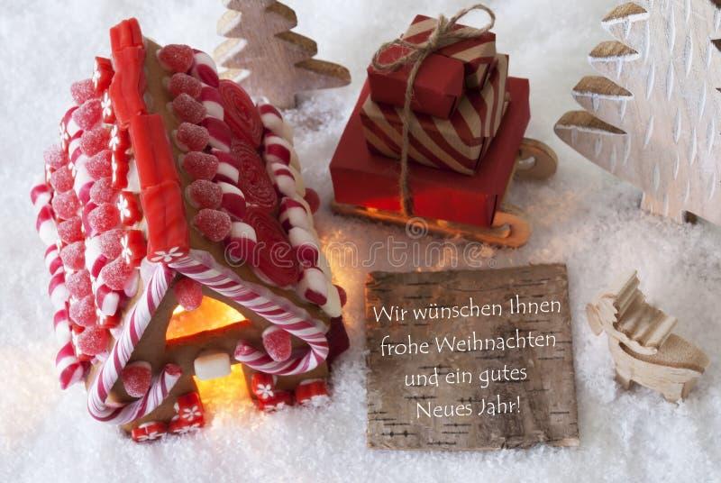 La Chambre de pain d'épice, traîneau, neige, Gutes Neues signifie la bonne année photos stock