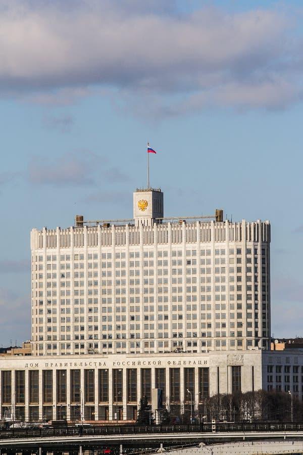 La Chambre du gouvernement de la Fédération de Russie sur le fond du ciel bleu nuageux photo libre de droits
