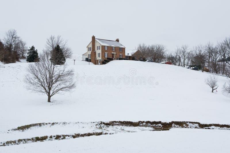 La Chambre sur une neige a couvert la colline, dans une zone rurale de Carroll County, image stock